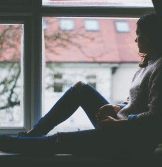 tienermeisje in raam